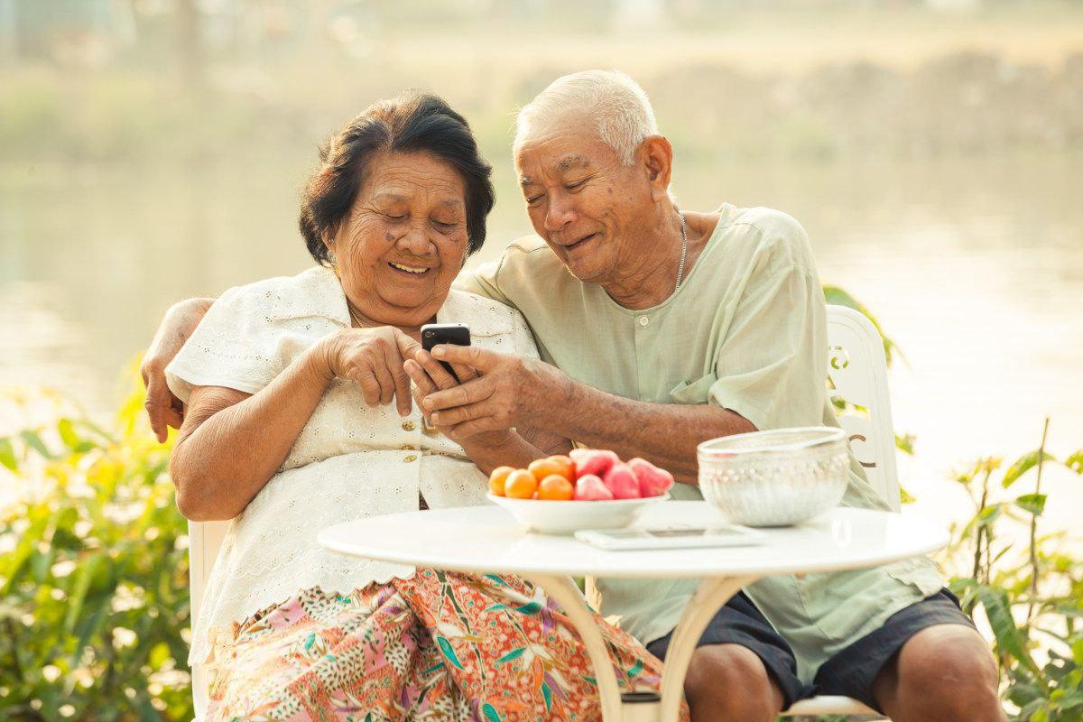 seniors-cell-phones.jpg