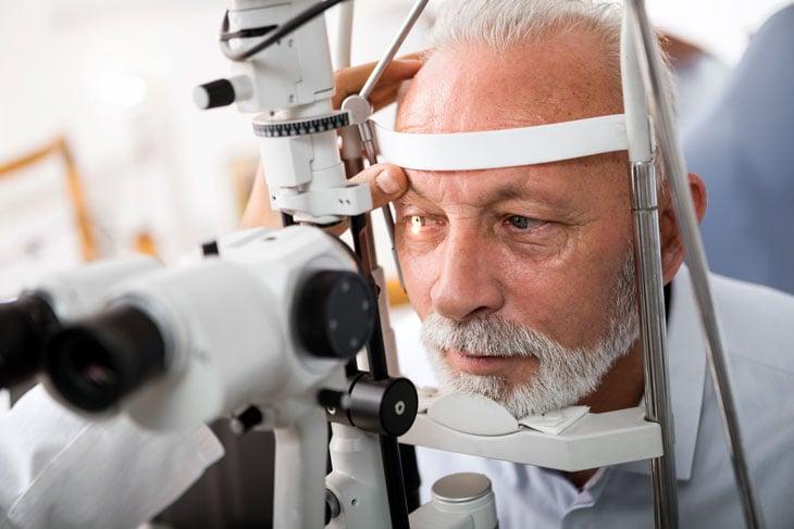 Senior-man-doing-eye-test-with-optometrist