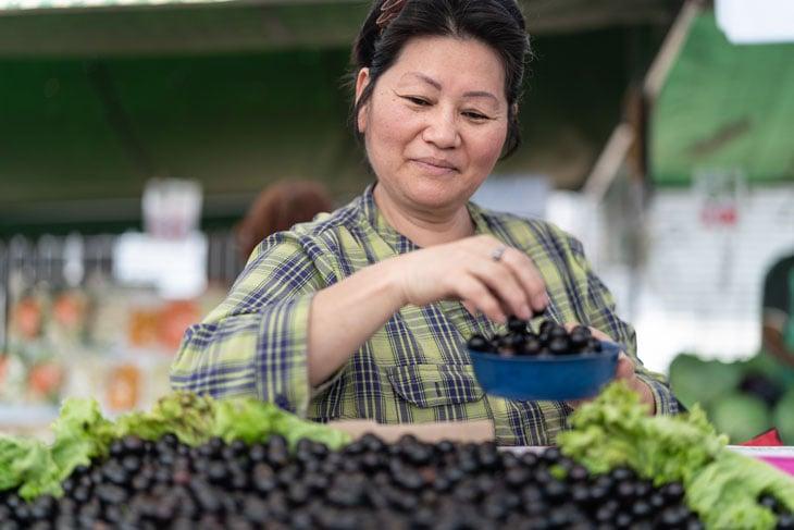 senior-woman-shopping-at-farmers-market-lehigh-valley-pa
