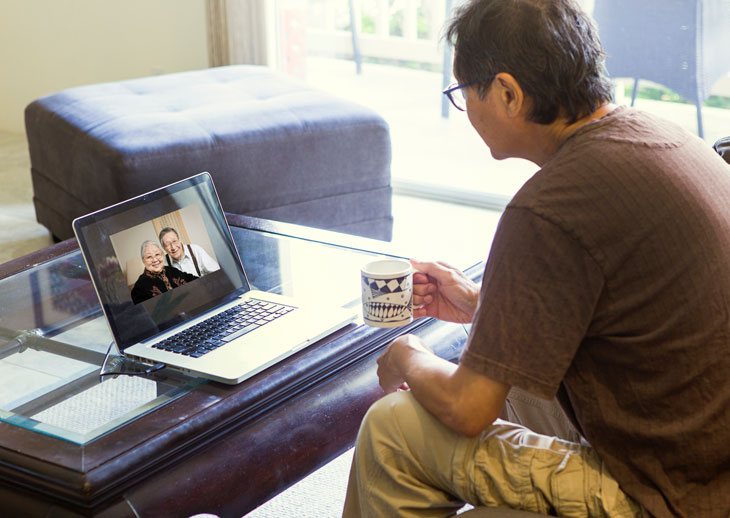 virtual-visit-with-family-member-in-seniro-care-during-covid19